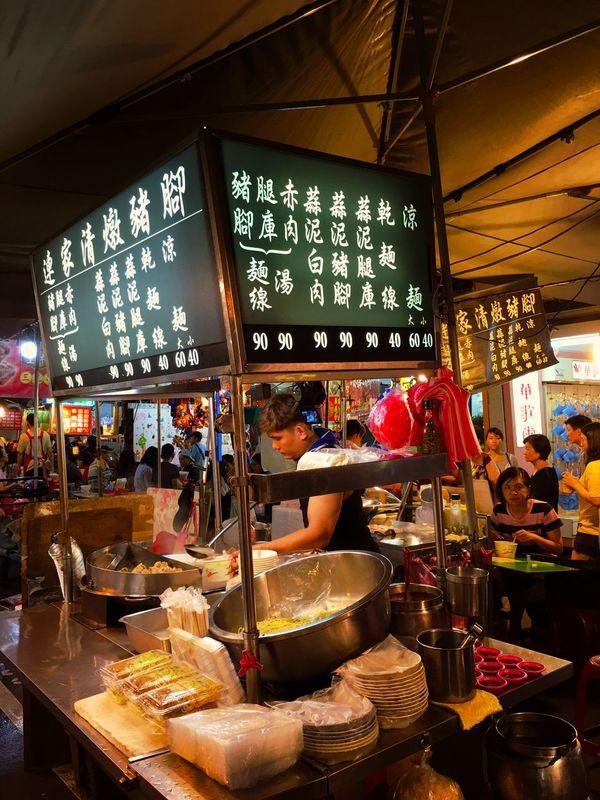 とにかくお腹が空いたので、煮込み料理と滷肉飯(もしくは魯肉飯)を食べることにした。台湾の煮込み豚肉かけ飯で、豚バラ肉やロースやすじ肉などを細切れにして、台湾醤油と米酒 、砂糖と油葱酥と八角などのスパイスで作った甘辛い煮汁を豪快に白米の上に掛けた丼物でお茶碗で出されることが多いけれど、これが結構腹を満たしてくれる。 魯肉飯 滷肉飯 ルーロー飯 Urban Exploration Urban Landscape Market 夜市 Taiwan Style Nightmarket Taipei,Taiwan Taipei Taiwan People Ilovetaiwan Streetphotography