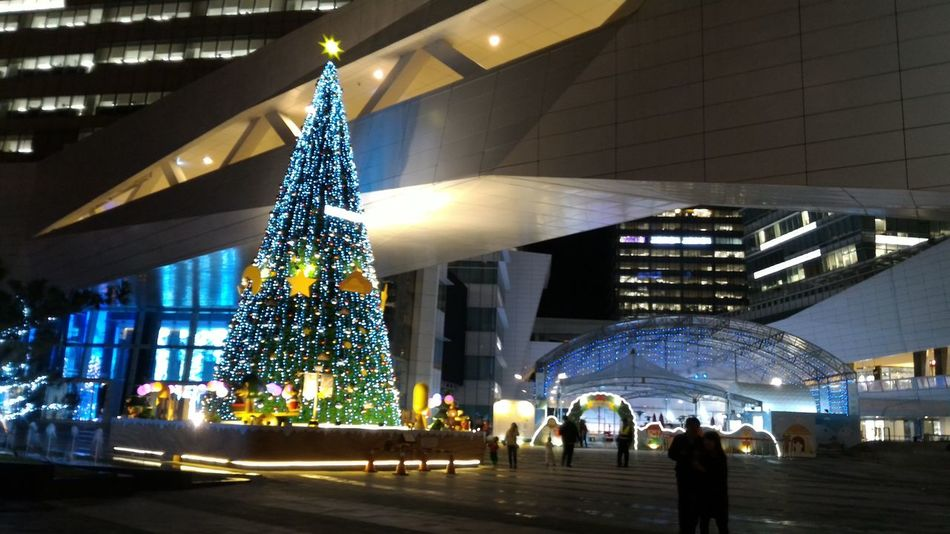Tino and Yumi Modern Architecture City Built Structure Night Building Night Light Architecture_collection Arch Modern City Architecture Xmas Night Lights Night Photography Night Shot Xmastree Xmas Lights  Christmas Lights Christmas Night View Lover Sketch