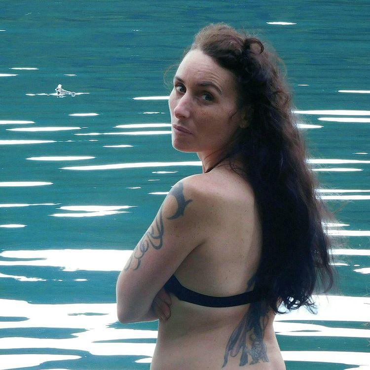 Belle Femme Eau Long Cheveux Standing Beauty Jeune Femme Lac Couleurs Scintillantes Jeune Adulte Portrait Tatouages Magnifique Nature