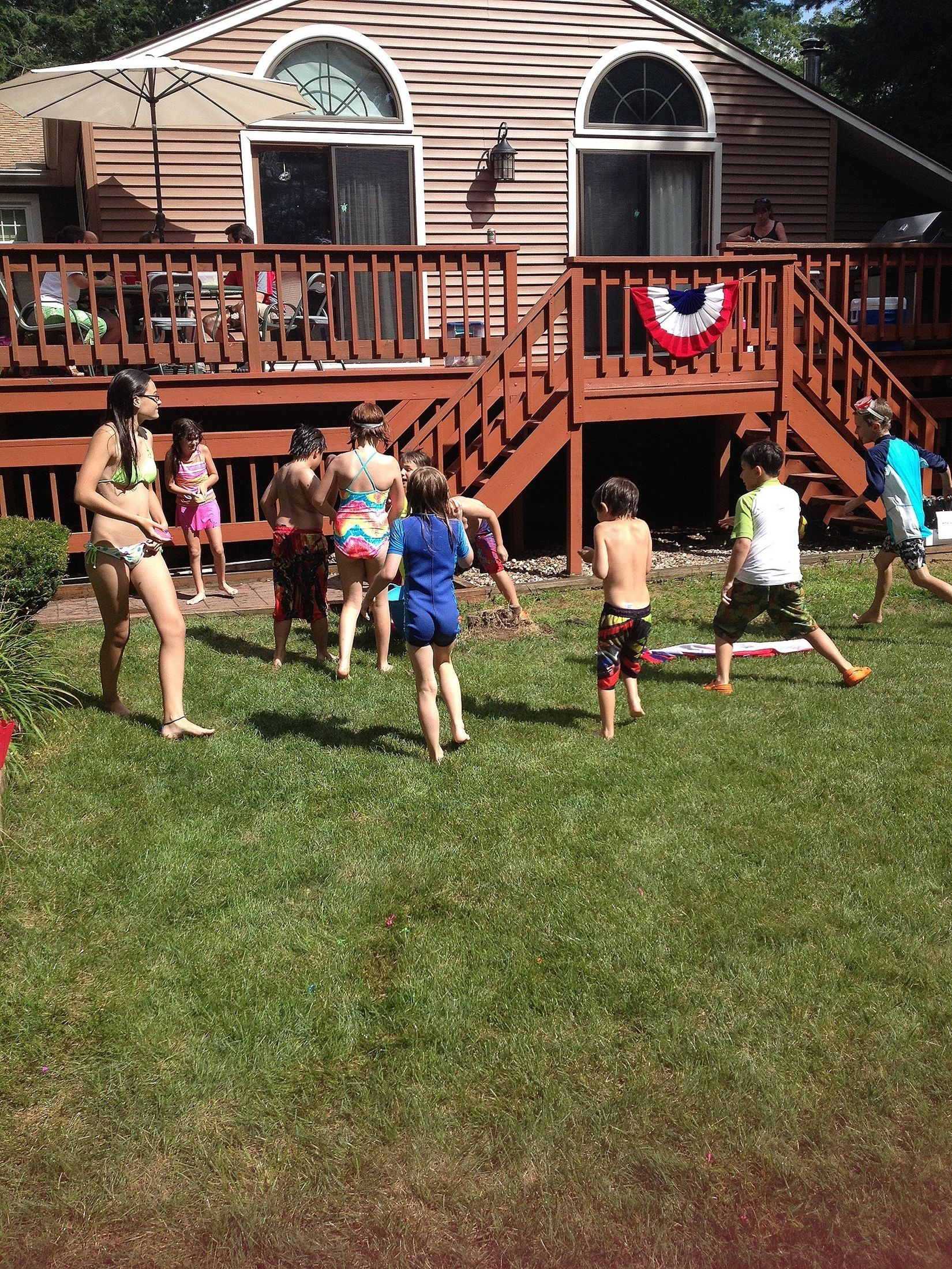 balloon fight :oo they're too cute! Kids Balloon Fight Pool Party