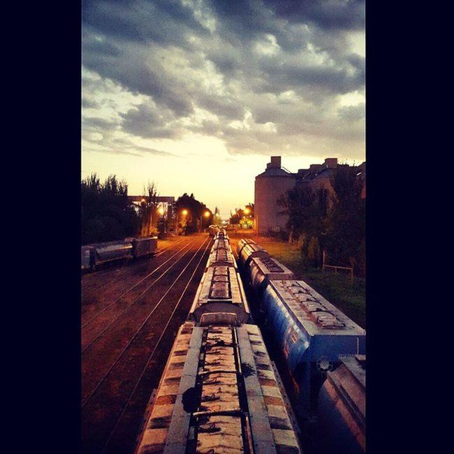 Vias de ferrocarril desde el Puete la niña, en Ingeniero White. Railway Viasdetren Vias Tren Vagon Clouds Cloudporn Skyporn Atardecer Twilight Sundown Colores Coloresvivos Vivid Vividcolors Thevividworld