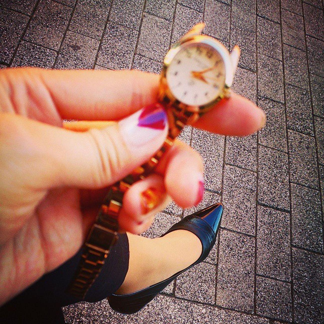 ガーン 時計壊れた。 お会計してるとき飛んでった。。。 壊れたパーツ行方不明 (´-ω-`)orz 壊れた時計 無念 Orz (T^T)