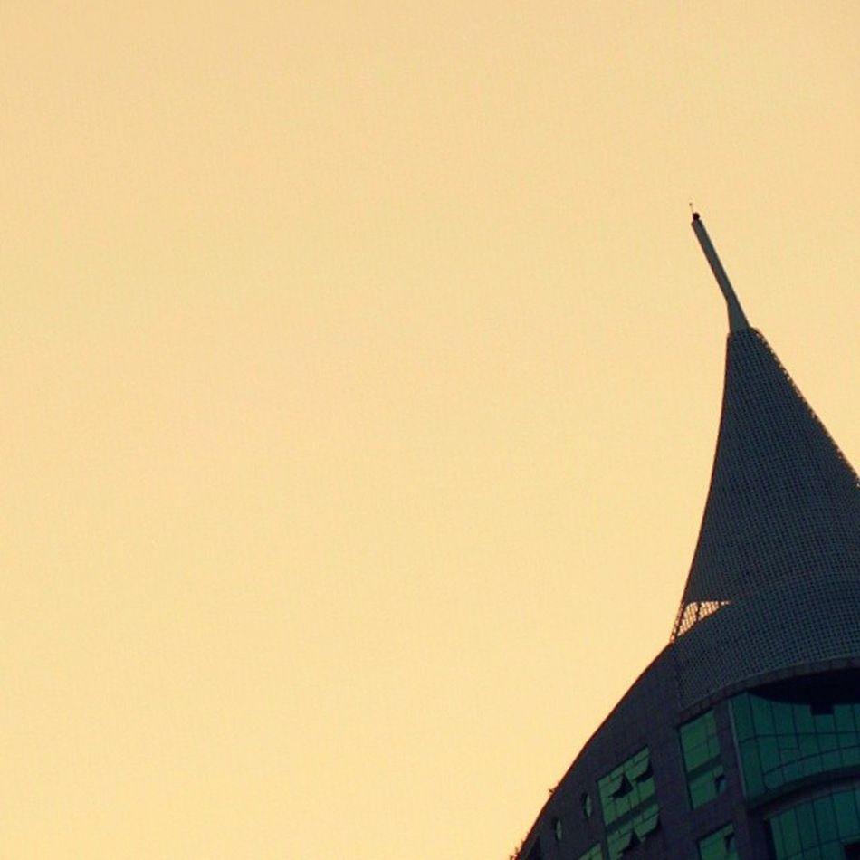 on the top [torre habitacional são rafael, no parque das nações, lisboa; terceiro edifício mais alto de portugal (100 m), em conjunto com a sua gémea, torre são gabriel] Skyline Top Sky Céu Torre Torresaorafael Parquedasnacoes Lisboa Lisbon Lisbonforever Expo98 Pordosol Sunset