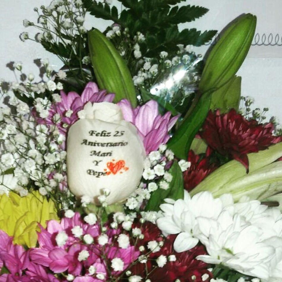 Ramo de flores con una de ellas tatuada en el petalo con un mensaje de felicitacion, visitanos en http://graficflower.com y sorprendel@s. Flowers Ramos De Flores Floristerias Flores A Domicilio Regalos Originales Regalo De Aniversario
