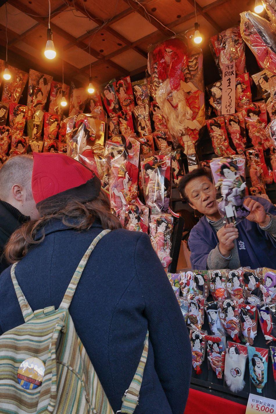 Battledore fair/羽子板市 Battledore Fair Traditional Enjoying Life Hanging Out Japan Style My Winter Favorites I Heart Tokyo LUMIX DMC-GX7 こちらのお客様は、外国からお越しのおふたりで、とても熱心に店を回っていました。すでにこの段階でひとつお買い上げ。日本の文化を愛していただき、うれしいです。