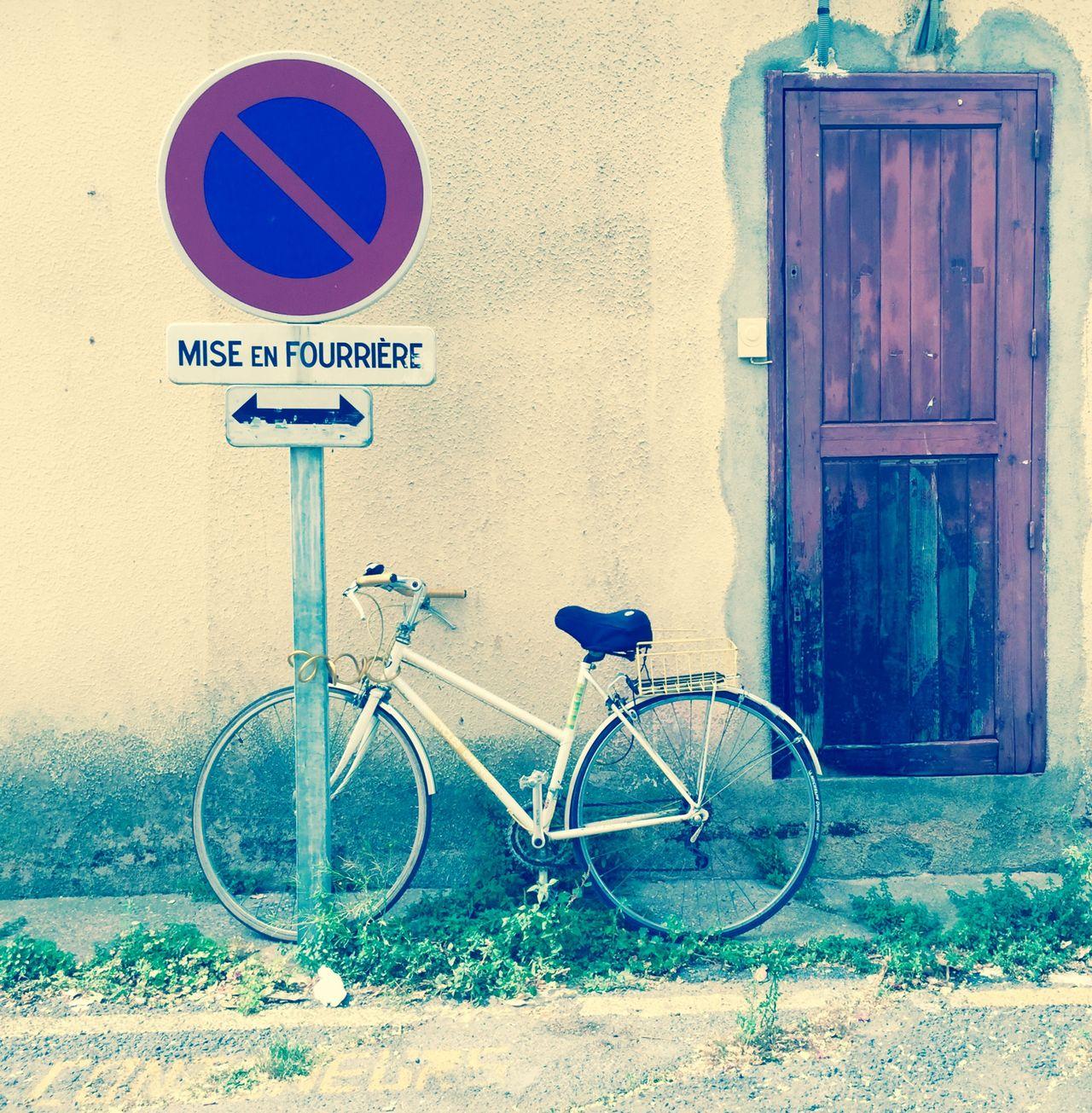 C'est l'été,Le temps est beau et chaud. J'ai retrouvé mon vélo Qui s'ennuyait Et se rouillait. ( Blanche ) UJDU First Eyeem Photo