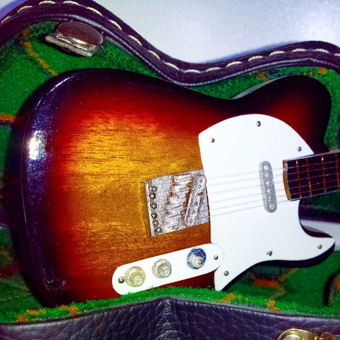 Guitarraelectrica Guitarradecoracion Guitarra Decoracion Maleta Verde Negro Madera Blanco Cuerdas