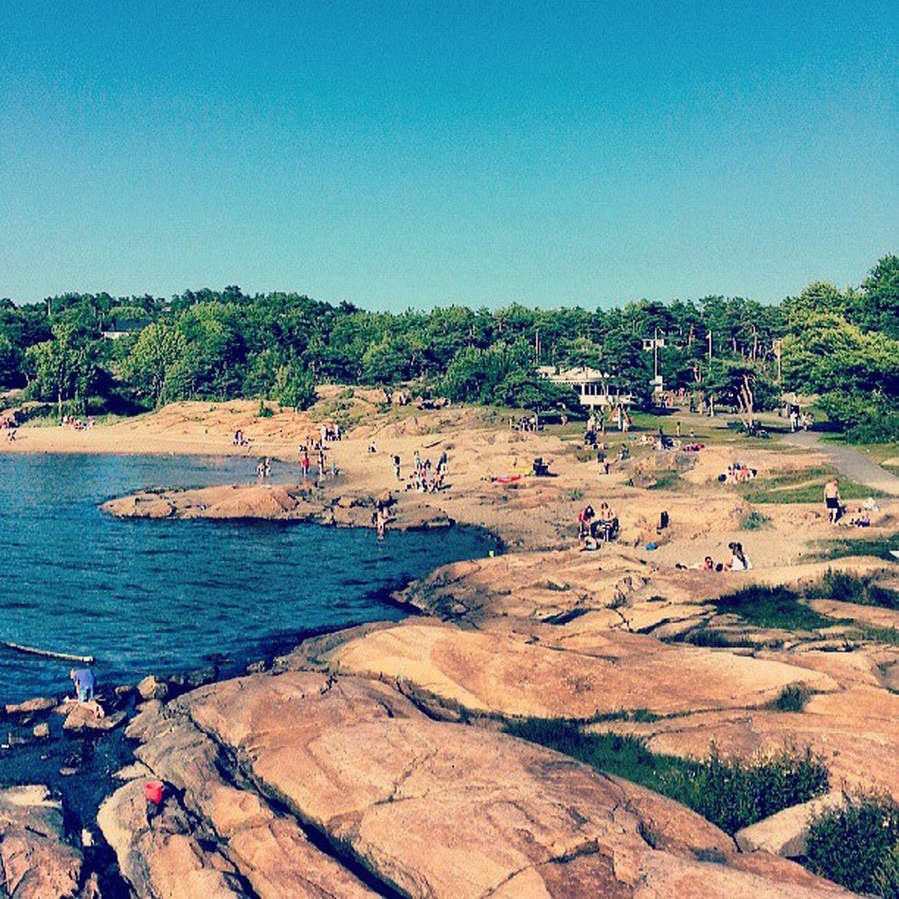 Una playa noruega en verano es lo más, esa fusión de montaña y costa me puede. Noruega Norway Norge Playa Beach Montaña Costa Summer Verano Cielo Sky Igers IgersOfTheDay BestOfTheDay Instagramers Instagood Forest Coast Shore