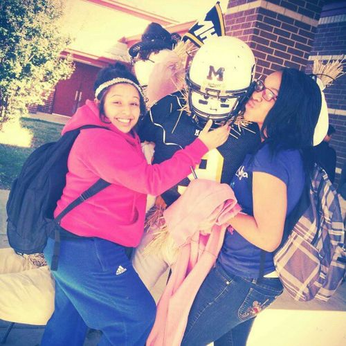TBT  Verenicee Try Sitting On Top Of The Scarecrows Leg Hahaha. And My Beautiful Angel Jamiyaa I Miss Her A Lot ♥ Rip JamiyaAndAlahna Verenice Short Lmao Lol My Two Best Friends Missing My Jamiya Though @badazzent14