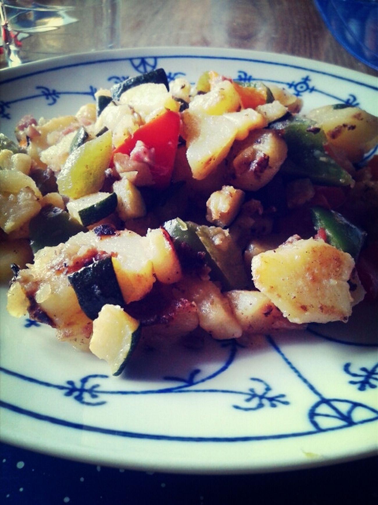 Huhu. Mein Mittagessen. Bratkartoffeln und Gemüse allerlei.