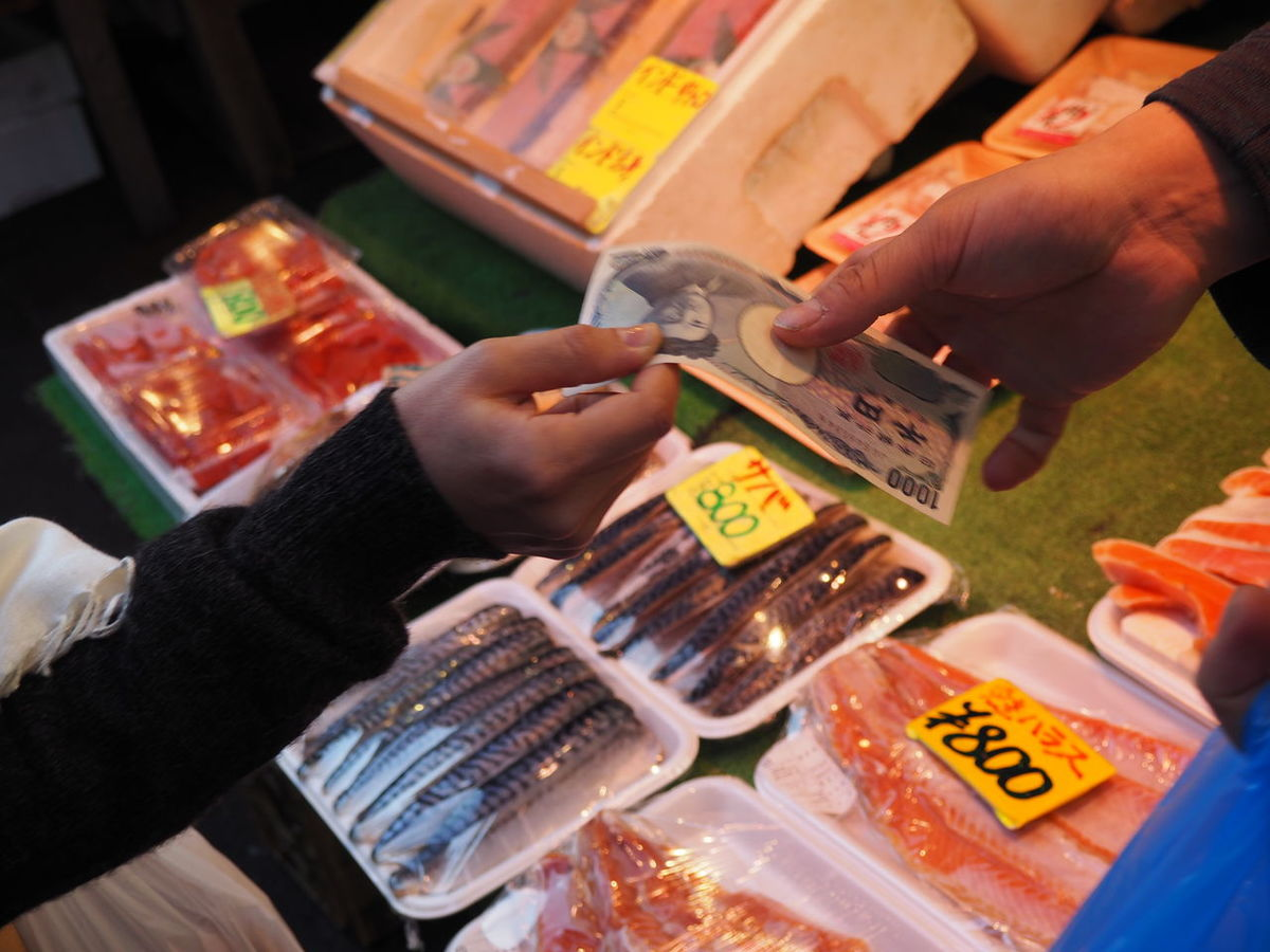 Buying Buying Fish Buying Fish Food Consumerism Currency Customer  Fish Fish Market Freshness Hands Human Body Part Human Hand Japanese Yen Market Market Money Money Changing Hands Paper Currency People Price Tag Retail  Sale Sold Transaction