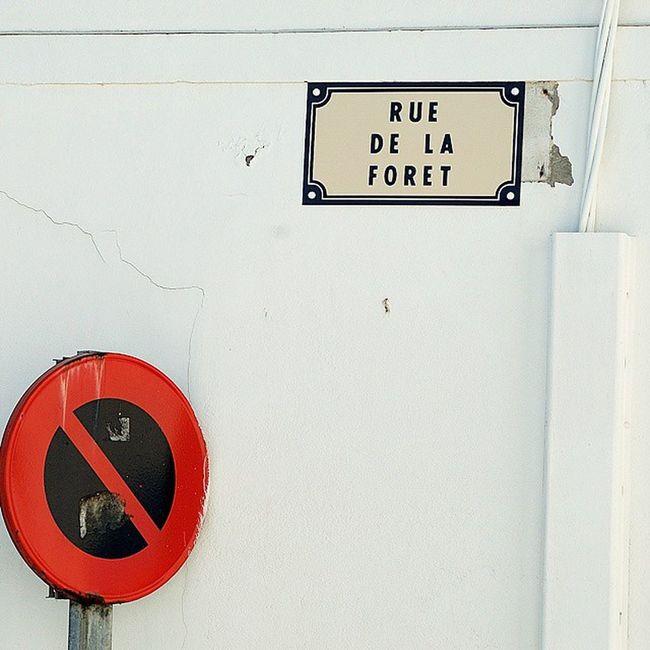 Rue de la forêt Saintrojanlesbains Oleron Charantemaritime Panneau interdictiondestationner