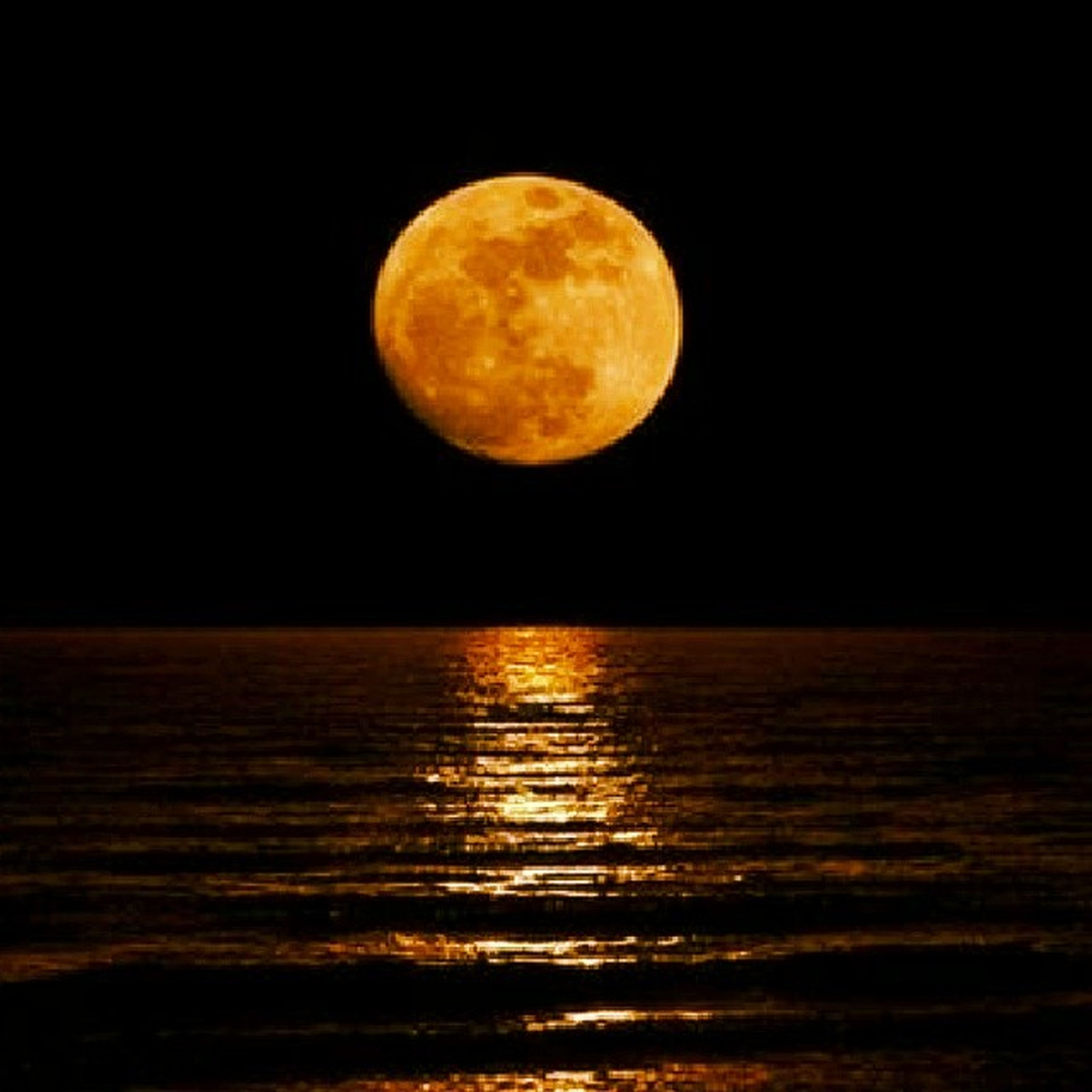 moon, night, tranquil scene, scenics, tranquility, astronomy, beauty in nature, full moon, water, planetary moon, nature, idyllic, circle, sky, dark, majestic, reflection, copy space, sea, waterfront