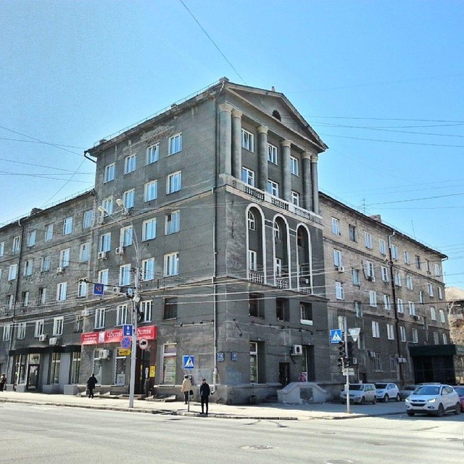 2014 -04-25, Новосибирск , улицаДостоевского . Антаблемент . Подобие/ Novosibirsk. Semblance of entablement of building.