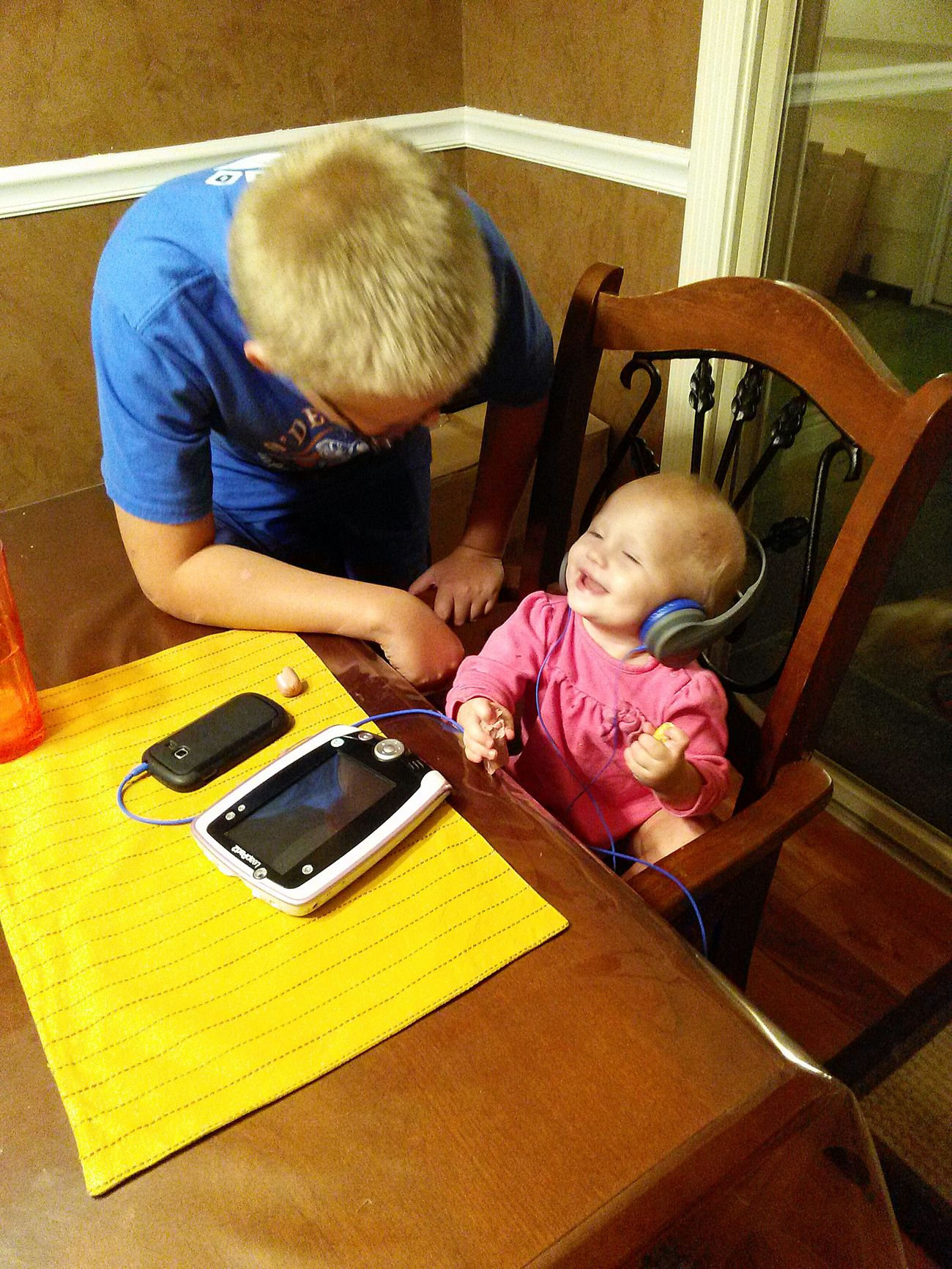 Photos That Will Restore Your Faith In Humanity This is My Son <3 & My Great Niece Cousins  sharing Headphones & Music💞 I took this @ the rental home while in Idaho for my niece's wedding. She just thought it was the Funniest thing ever. Fun Times ♥ Live, Love, Laugh but most of all Love ♥