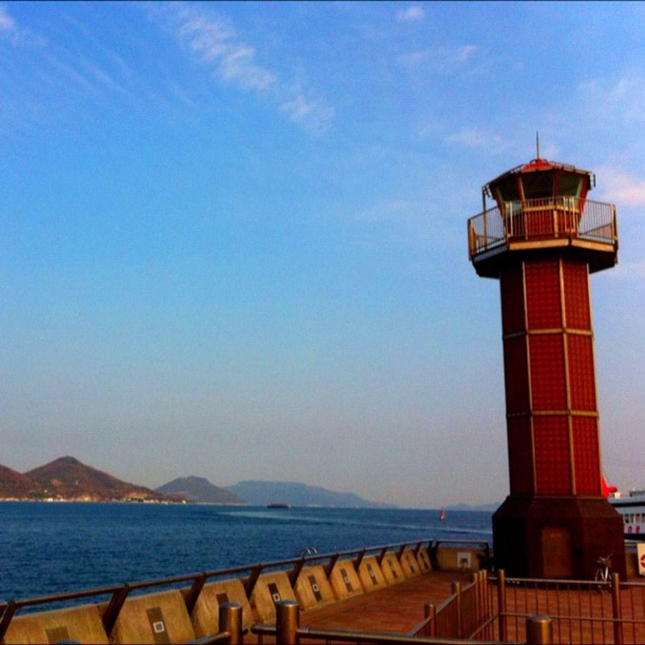 赤い灯台と海