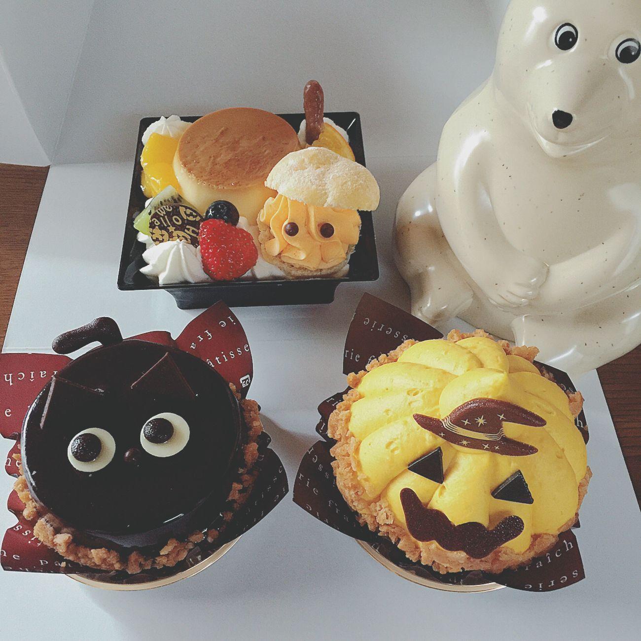 ハロウィン後記 ハロウィンは、おばあちゃんの顔を見に行きました🏠✌🏼️👵🏼 ハロウィンをあんまり知らないので、可愛いケーキを食べて、ハロウィンを一緒に楽しみました🎃👻🍰🕸🎩🍭🍫 ちなみに、このケーキたちは【Chateraise】さんとこのケーキです🍰🍰🍰 わたしは、パンプキンケーキをいただきました😋🎃🍰✨ おばあちゃんは、可愛くて甘いささやかなハロウィンを、心から楽しんでくれました〜👵🏼👍🏼🎃👻🕸🍰✨ ハロウィン Halloween ケーキ ハロウィンケーキ HalloweenCake パンプキン 黒猫 おばけ シャトレーゼ Chateraise しろくま貯金箱 北欧雑貨 ぬい撮り ぬいどり