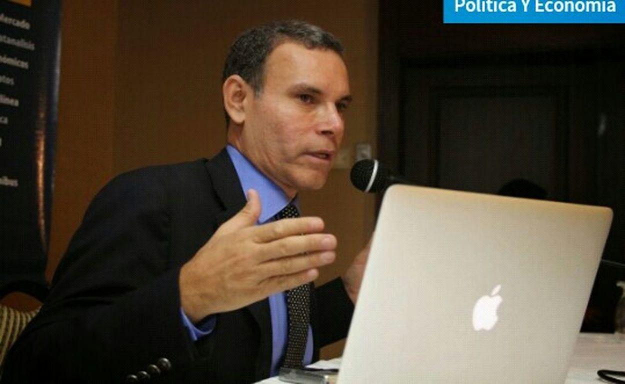 """Taking Photos03:21 PM Margioni Bermúdez 15/06/2015 Datanálisis ofreció última medición de escasez, se la presentamos en 7 datos Compartir: """"La única manera de resolver la escasez es aumentando oferta, garantizando divisas y flexibilizando los controles de precios que la generan"""", expresó Luis Vicente León, presidente de Datanálisis, organización que este lunes ofreció resultados de sus últimas mediciones sobre escasez en Venezuela. 1.- """"92% de la población considera que la solución del problema de desabastecimiento pasa por un acuerdo publico-privado"""", indicó León en conclusiones compartidas en su cuenta en twitter @luisvicenteleon. 2.- """"Es evidente que el mercado está lleno de distorsiones como contrabando, sobrefacturación y especulación. Es el resultado natural del control"""", recalcó. 3.- En otro mensaje expresó: """"Sin sorpresas: La demanda de dólares baratos es infinita. El reparto discrecional del gobierno ineficiente y corrompible. Como en un libro de economía"""". """"El argumento de la guerra económica perdió total vigencia. La población responsabiliza al modelo de control actual del desabastecimiento"""", aseguró. 4.- Otro resultado de las mediciones reveló que """"pese a las dificultades de dólares y el desvío de recursos hacia el sector público, 77.2% de los venezolanos consigue más marcas privadas que públicas"""". 5.- """"En mayo la escasez de productos alimenticios esenciales en la Caracas superó el 60%"""", recalcó. 6.- León subrayó que: """"El control de cambio y precios es la causa evidente del desabastecimiento en Venezuela. Sin atender la raíz es imposible resolver el problema"""". 7.- La mayoría entiende que los pagos en dólares no se realizan a las empresas, sino a los proveedores internacionales por lo que no puede haber desvío. LosVenezolanosPuedenVivirMejor VenezuelaMuereTuCallas VenezulaNoAsumidoLibertad ChavistaEresCompliceOPendejo VenezuelaSomosTodos VenezuelaDespierta Instaargentina Woiworld_resto"""