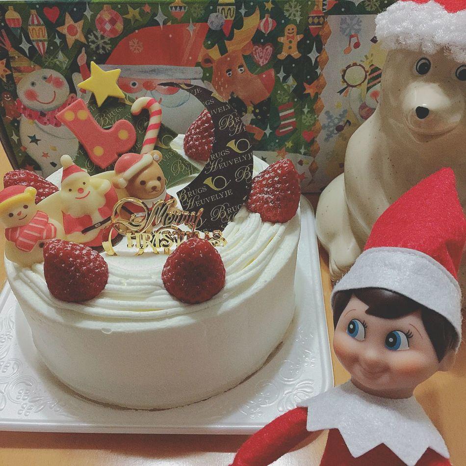 \メリクリ イヴ/ みなさま↟✧ メリークリスマス イヴ↟✧ ささやかだけど、クリスマスパーティーしたよ🎄✨ フライドチキンやポテト、ちょっとだけ手巻き寿司… クリスマスのごちそうをたっぷり食べました(o´罒`o) そして、クリスマスケーキもおいしかった〜●´ᆺ`●🎂🎄✨ でも、きょうはクリスマス イヴ。 あしたのクリスマスも、きっとごちそうなんだろうなぁ( *´艸`)🍗🍕🍟🍰🎄 サンタさんとトナカイさんたちは、大忙しだね🦄🎅🏼✨ クリスマス クリスマスイヴ Christmas ChristmasEVe クリスマスパーティー クリスマスケーキ カハヴィ Kahvi マイト Maito コーヒー牛乳 しろくま貯金箱 北欧雑貨 Elfontheshelf エルフオンザシェルフ ぬい撮り ぬいどり