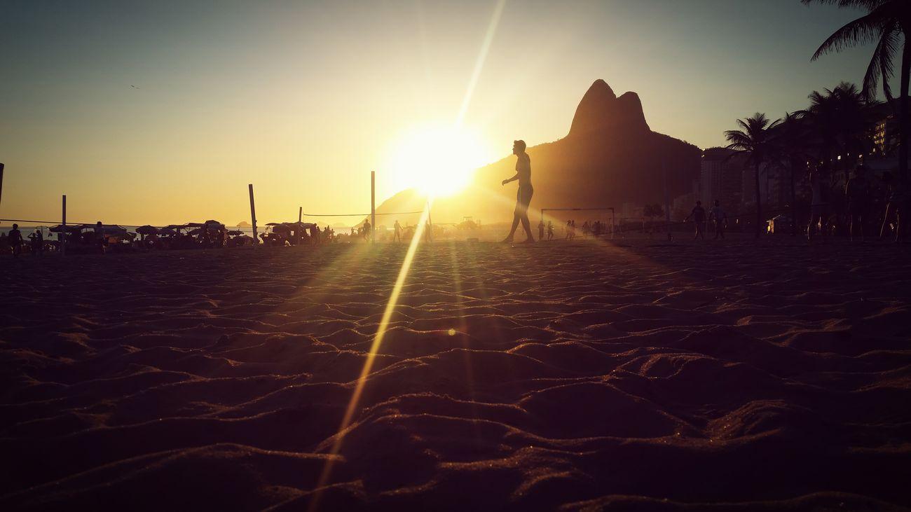 Slackline e um belo pôr-do-sol pra relaxar. Enjoying The Sun Being A Beach Bum Sunrise_sunsets_aroundworld Sunset Beach Sun Carioca In Heaven
