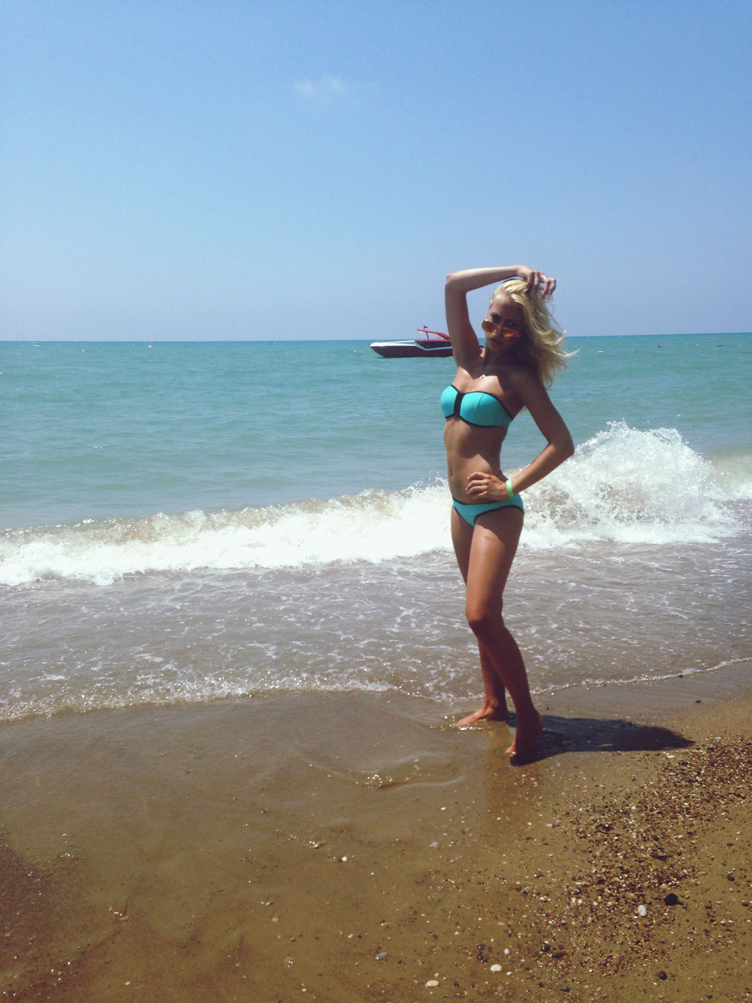 sea, horizon over water, water, beach, leisure activity, lifestyles, full length, shore, young adult, wave, vacations, person, sky, motion, young women, sand, nature, beauty in nature