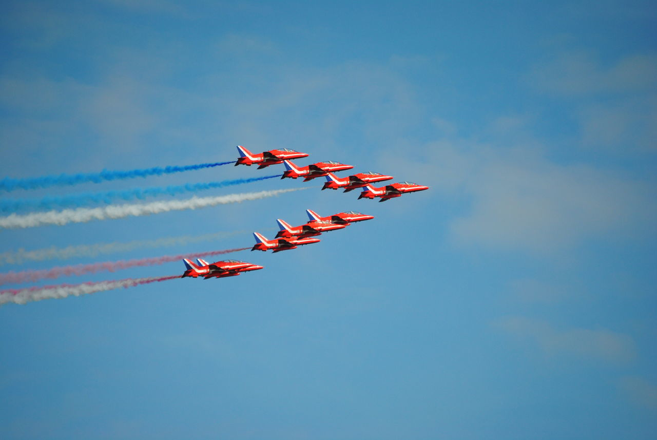 red arrows in classic formation Aircraft AirPlane ✈ Planes, Trains And Automobiles Airshow Planes In The Sky Planes Overhead Jets Red Arrows Air Display