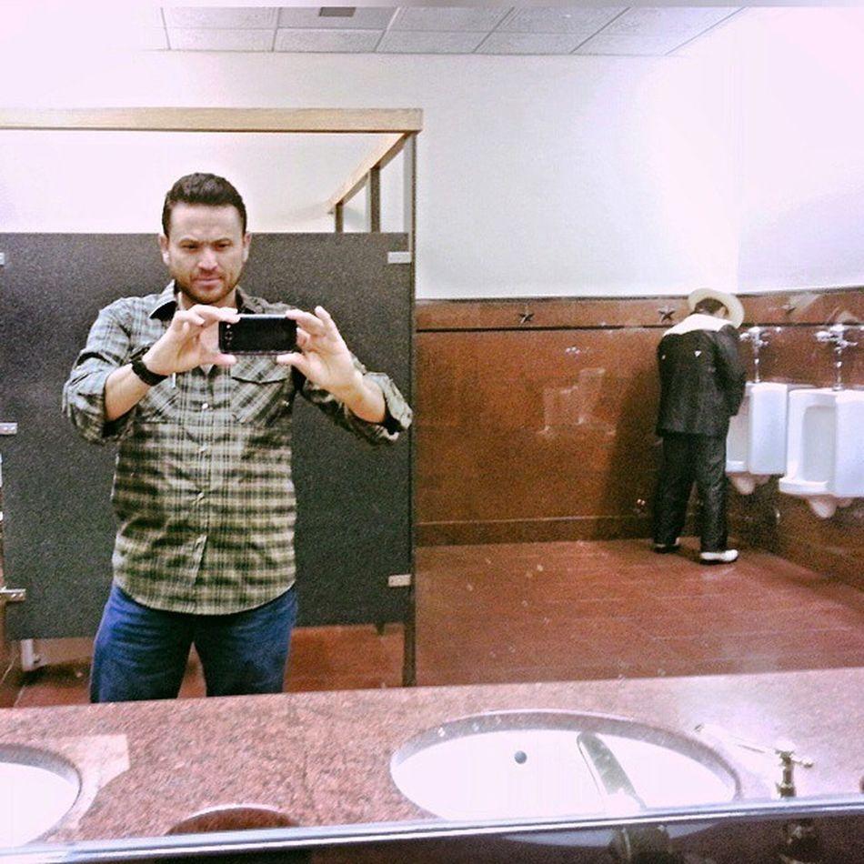y no puede faltar la clasica Selfie en el baño Texas Restroom Shot.  Brownsville Texas Baños