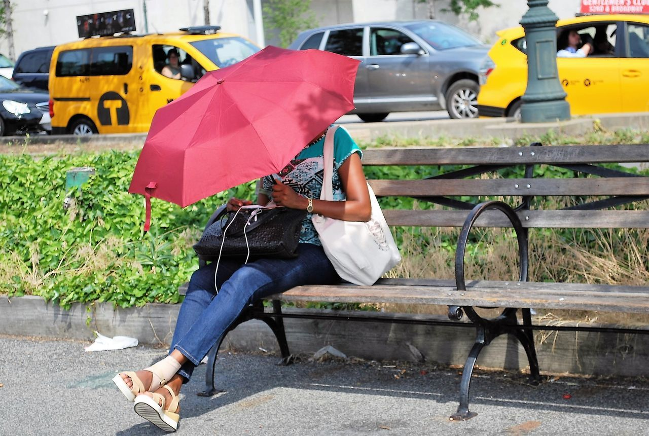 Casual Clothing City Life Day Hidden Land Vehicle Leisure Activity Lifestyles Mode Of Transport New York City Outdoors Paraguas Paraguas Rojo Park Bench Red Umbrella Shielded Stationary Taxi Transportation Waiting ...