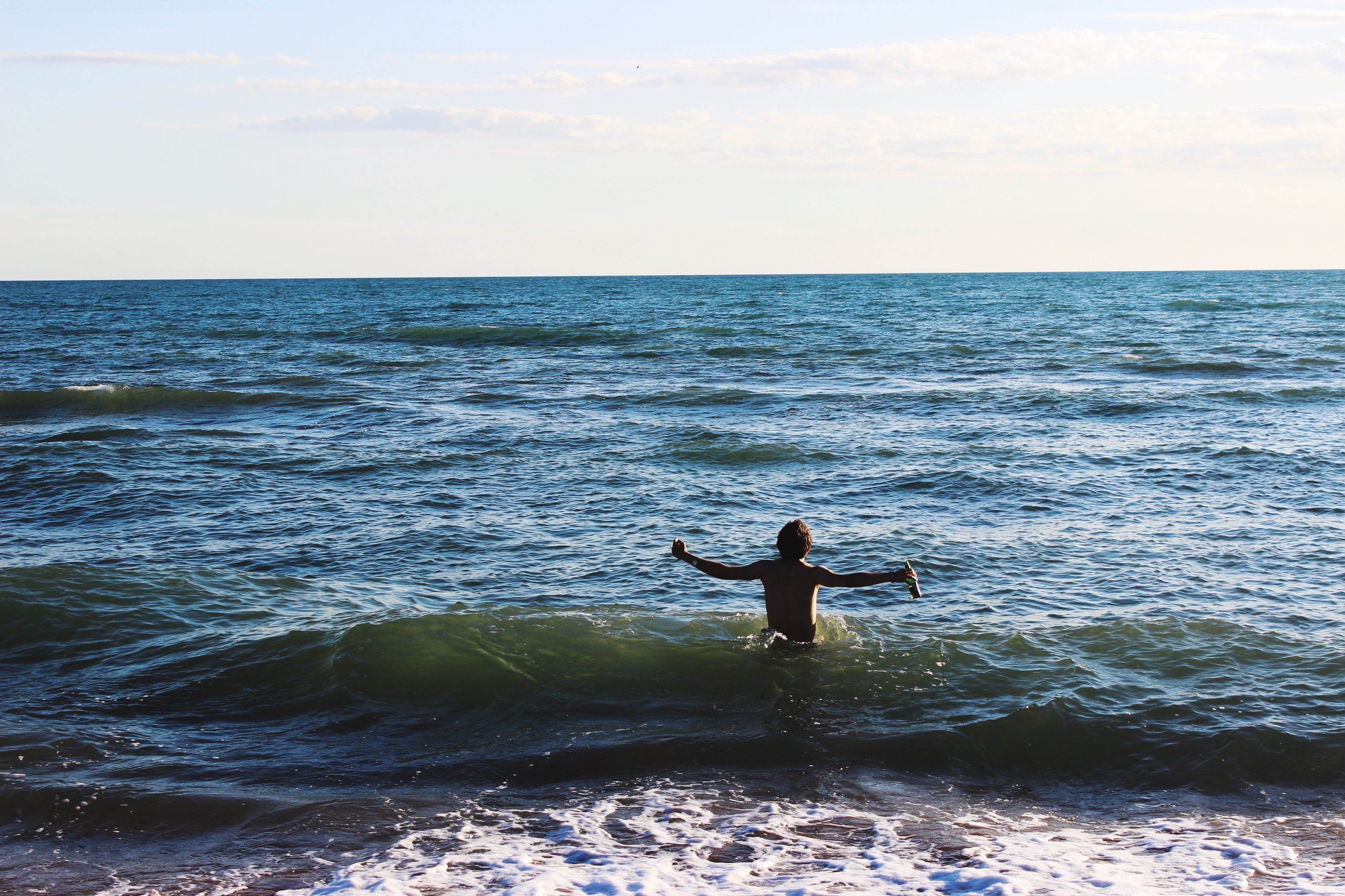 sea, water, real people, nature, horizon over water, sky, one person, scenics, outdoors, beauty in nature, men, full length, leisure activity, lifestyles, tranquil scene, tranquility, beach, day