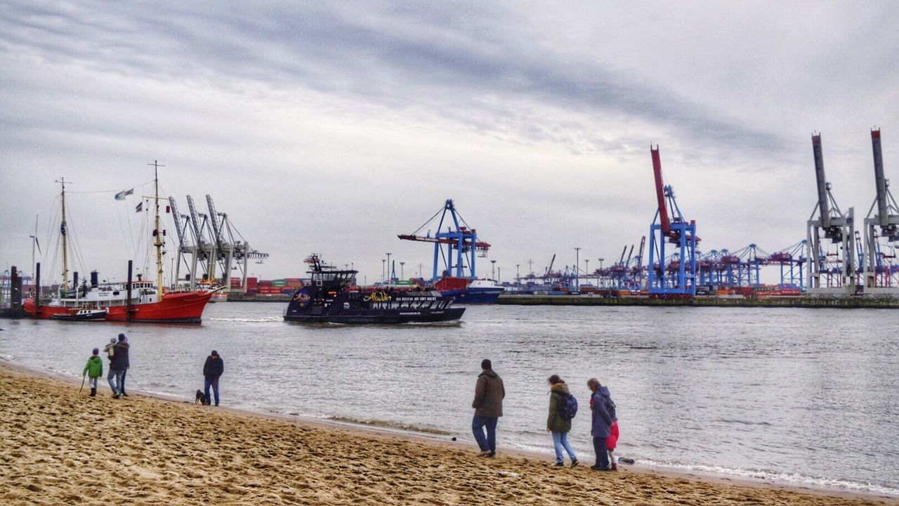 On a Sunday at the Elbe... Welovehh Typical Elbufer Spaziergang An Der Elbe  Hamburg River View River Riverside Hamburg Harbour Ships Cranes People Life Is A Beach Beach Germany Elbe