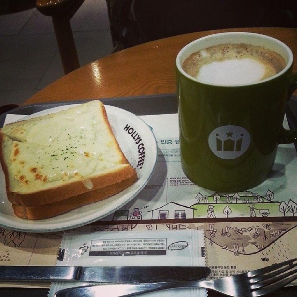 好眼瞓呀 總算有得坐低 攤下 飲番杯latte提下神 Hollys Coffee Korea Busan 釜山 latte enjoying life chillin