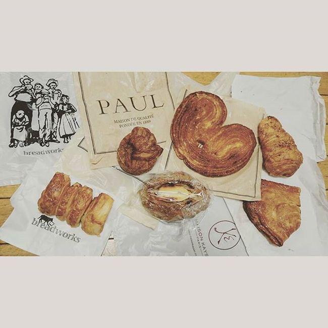 年間363日ぐらいはパンを食べてるであろう子がまたパンをくれました。 いつもいつもいっぱいありがとう~いただきます🙌🎶 ばん 東京土産 Paul Breadworks 満 大阪土産 Maisonkayser 363日どころか364日喰ってるのかもしれない 床に広げてごめんなさい 袋の上だからゆるして