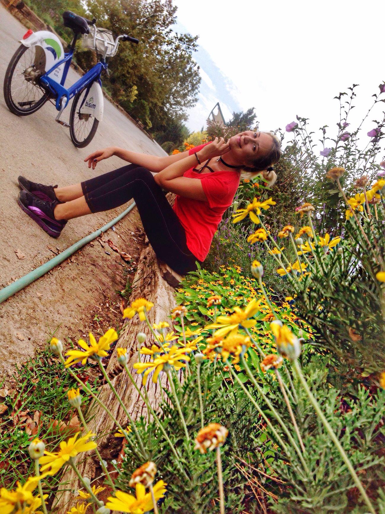 Çiçekli böcekli güzel köşeler bulabilirsiniz ☺️🖐🏻❤️ Lifestyles Flower Young Women First Eyeem Photo