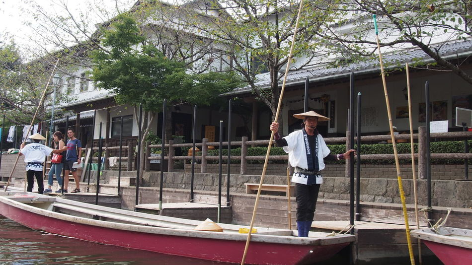 Architecture Boating Boatman Building Exterior Built Structure Casual Clothing Ferryman Japan Japan Photography Japan Travel Japanese Style Leisure Activity Lifestyles Outdoors Person Playing Residential Structure Standing Waterman Young Adult 川下り 柳川 柳川川下り 柳川市 船頭