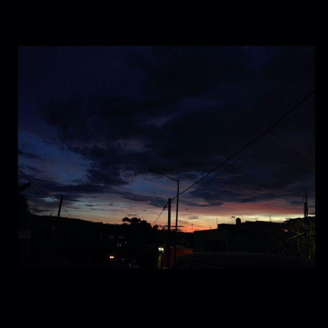 A veces el barrio me recibe entre azul & buenas noches Streetphotography IPhoneography Urban@ndante