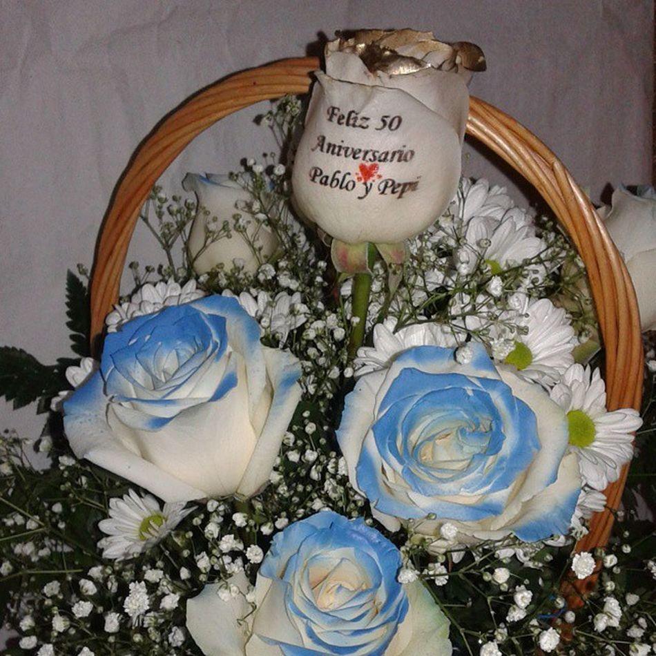 Cesta de rosas con rosas azules y rosa dorada con el petalo tatuado con felicitacion de aniversario. Www.graficflower.com Rosasazules Rosastatuadas Ramoderosas Regaloaniversario Regalobodasdeoro Regalooriginal