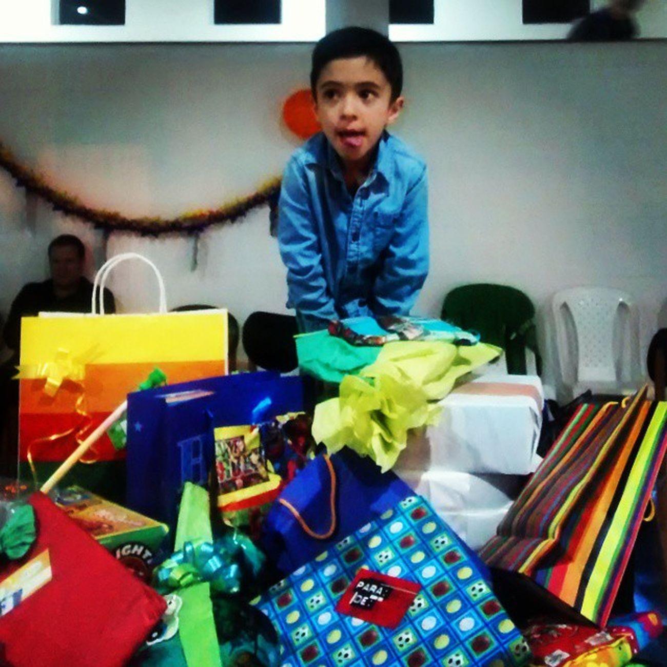 No sabe qué hacer con tantos regalos! HappyBirthdayJacobo !