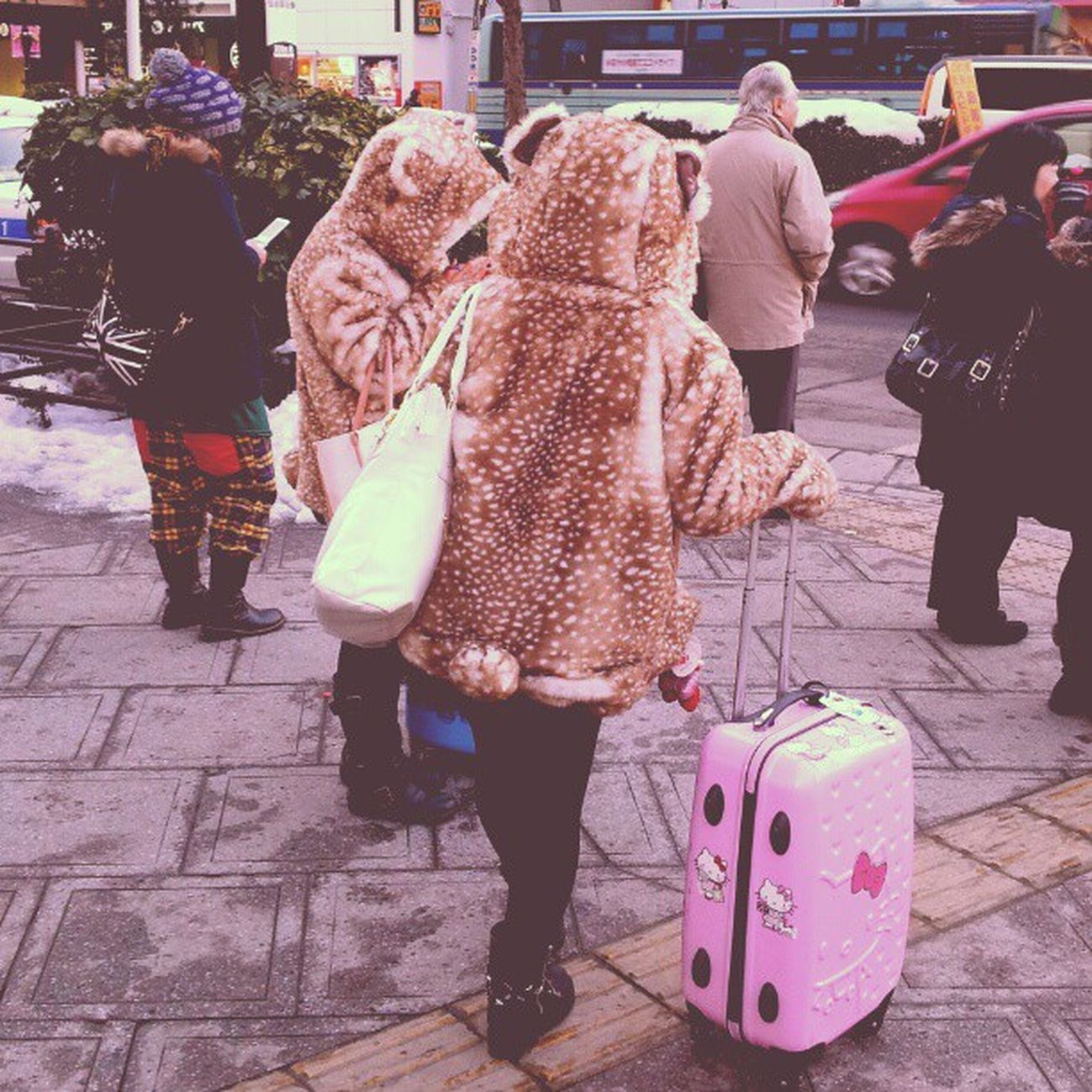 Одеваются в японии очень чудно. И все так одеваются. У всех куча брелков и цветных аксессуаров. Очень яркие. #Japan #Japangirl #style #hellokitty #kawaii Style Japan KAWAII Hellokitty Japangirl