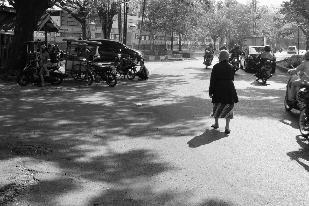 kaki lima spotted in everyday surabaya. all five legs all the time http://www.instagram.com/five_legs . B&w Street Photography Bicycle Black And White Busy Strangers Everybodystreet Fujifilm_xseries INDONESIA Indonesia_photography Kaki Lima Kakilima Monochrome Photography Motorbike Streetphotography Surabaya