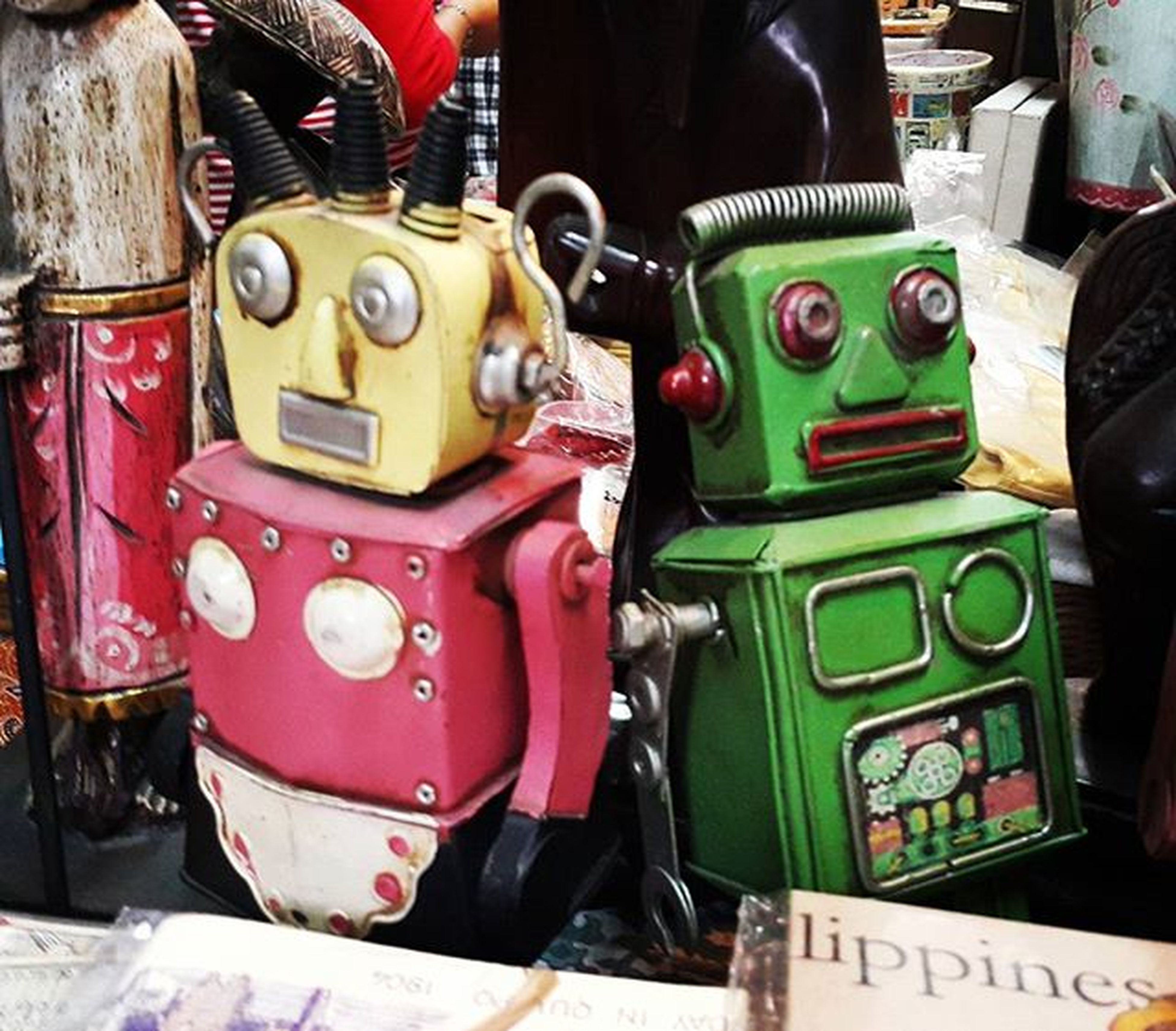 Pink and Green. 💖💚 . . . . . . Toyrobot Robot Toy Artsandcrafts Streetphotography Mobilephotography Galaxynote4