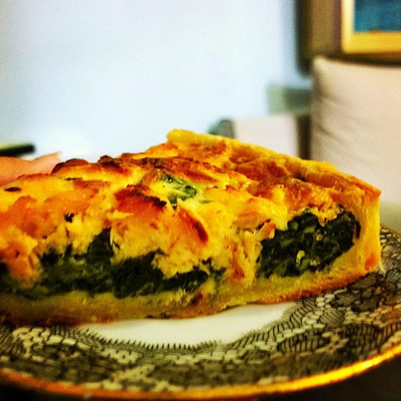 Good morning Paris 好早又好冷 吃到史上最好吃的鹹派<3<3<3<3<3 裡面有滿滿我的最愛菠菜 鮪魚