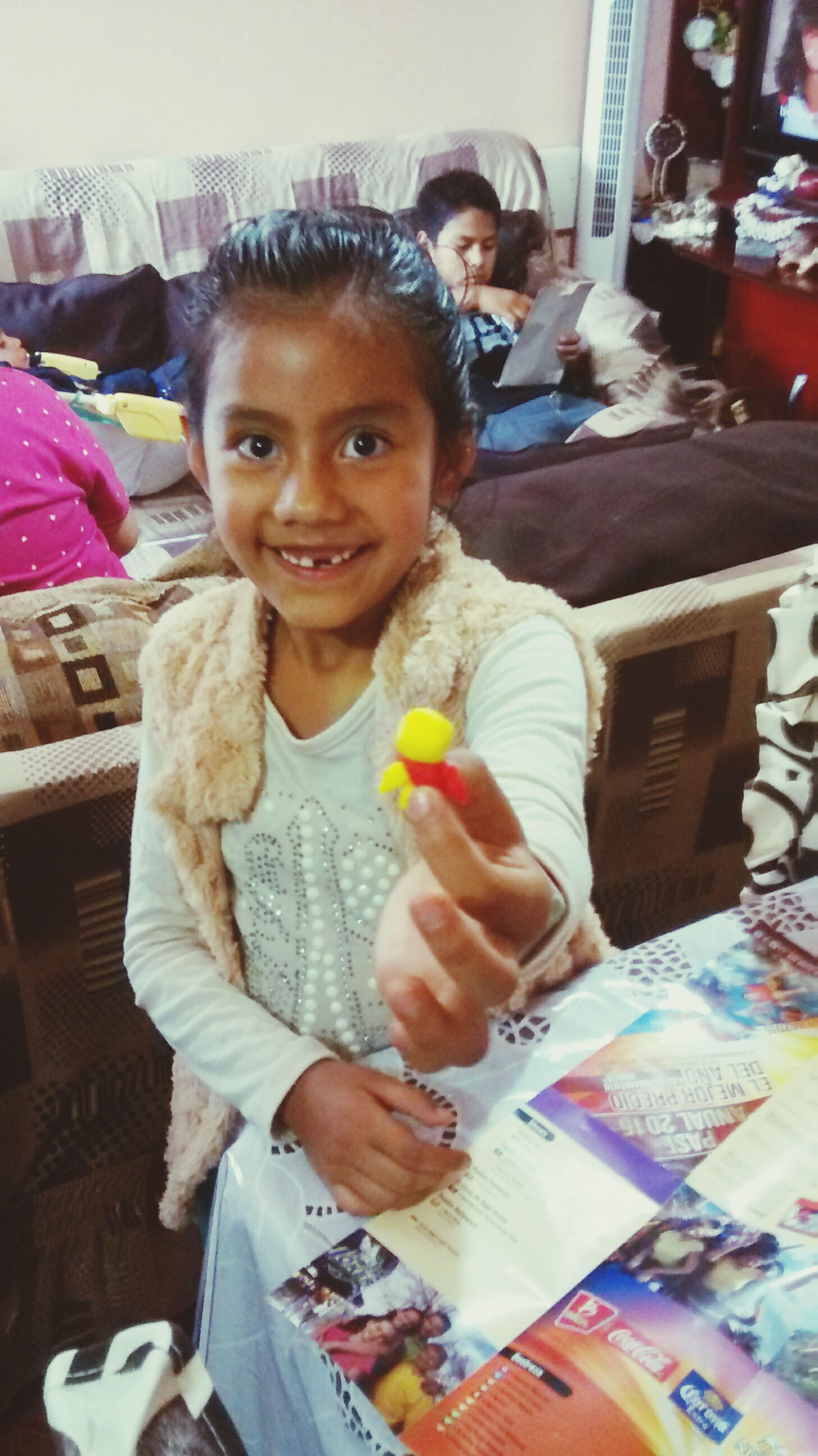 Mi muñekita asiendome un muñko de dulce k linda!!!!!!
