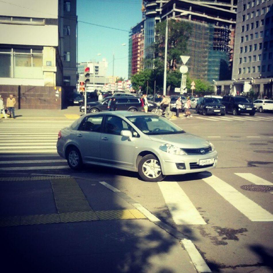 Moscow DUMBASS Car Москва хам то же место, другая машина, мужчина за рулем. стоял между переходов, развернулся на зебре, въехал на тротуар.