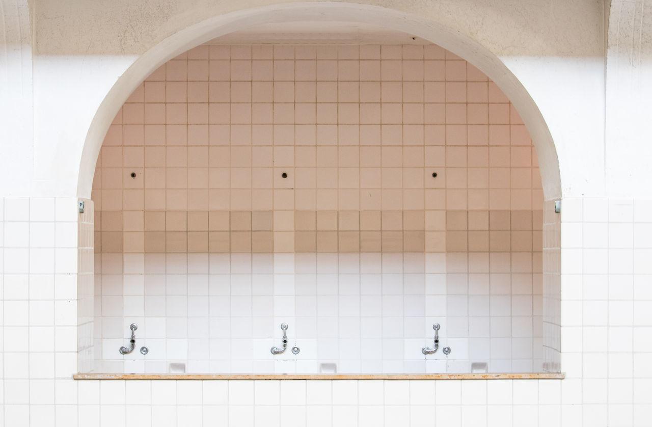 Architecture Bad Bathroom Baño  Blanco Wall Dejar El Balneario El Muro Embaldosado Fliesen Indoors  Lost Lostplaces Lugar Perdido No People Verlassen Verlassene Orte Weiss White White Background Fenster Window Window Frame Marco De La Ventana