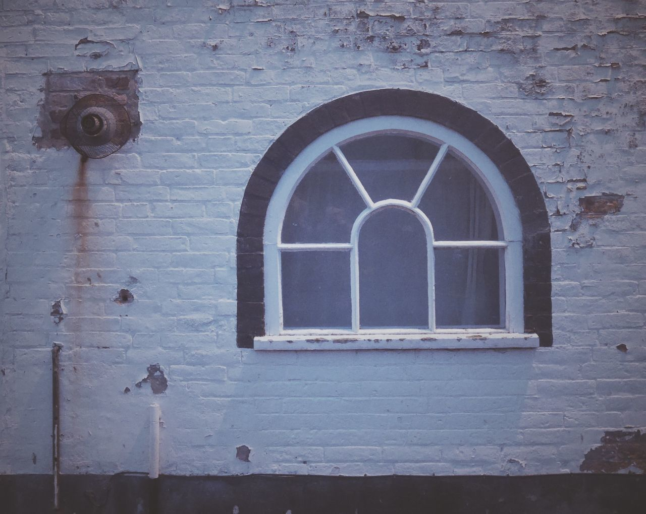architecture, built structure, arch, window, day, building exterior, no people, place of worship, spirituality, religion, history, low angle view, outdoors, whitewashed, close-up