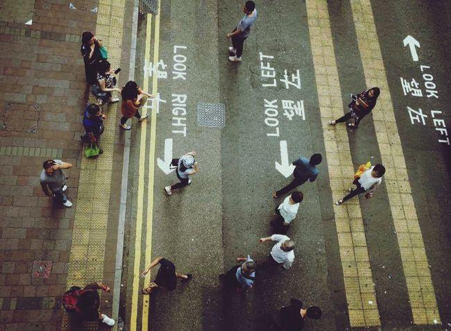 人生眼光記得望左也得望右。 HongKong Walking Around Left Right Life