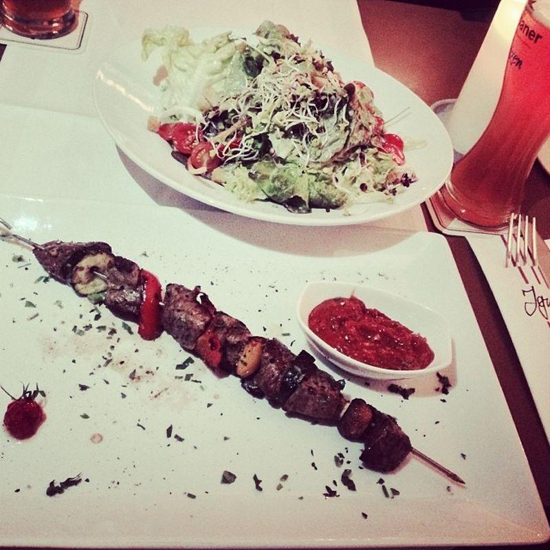 Rindfleischspießit Salat... #yummie Foodkoma Ignaz BBQ Beefskewer Food Rindfleisch Rindfleischspieß Essen Salad Foodporn Salat Beef Konstanz Yummie Spies Skewer