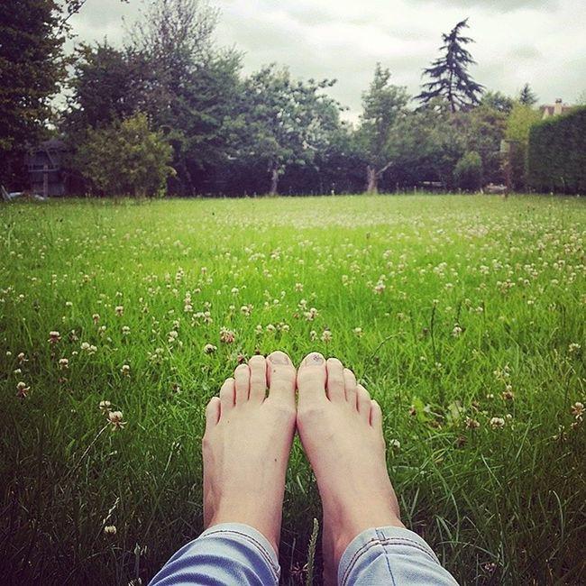 Les pieds nues dans l'herbe ? DéfiInstagram MyLittleApp J17 CielGris Piedsnudanslherbe