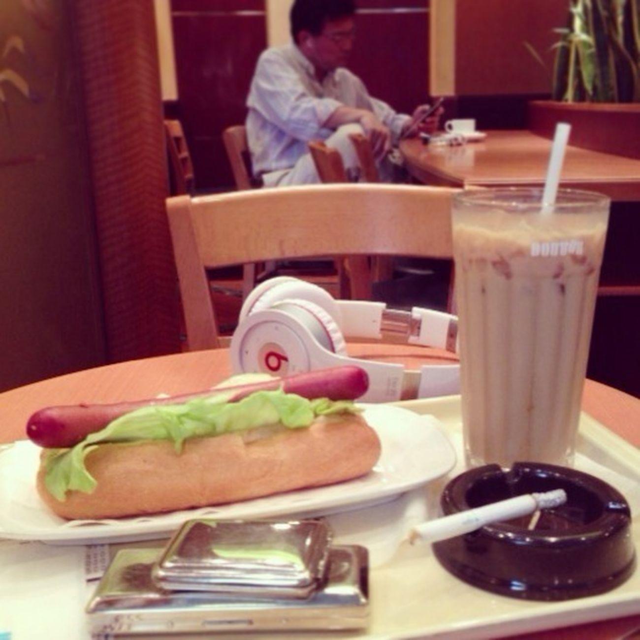 暑いので、カフェに逃げ込んできて。 太熱了,躲進珈琲館。