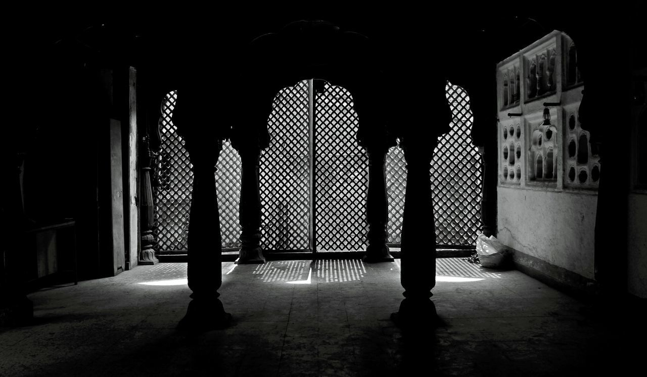 ° V I S U A L T E X T U R E ° Indoors  Architecture Indiapictures Built Structure K_3yur Window Architecturephotography Indoors  Texture Pattern Eyetravel Monochrome Monochrome Photography MonochromePhotography Light And Shadow